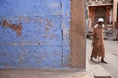 BLUE WALL (Roy Del Vecchio) Tags: street blue brown india man wall asia jaisalmer rajasthan