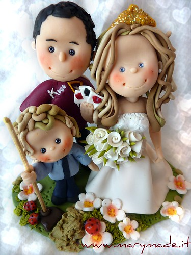 Gloria, il cake topper per il matrimonio: gli sposi con il loro bambino