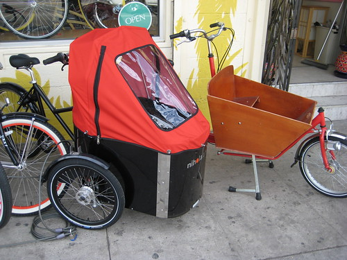 A nihola cargo trike and a Flying Pigeon bakfiets sit outside the Flying Pigeon LA store.