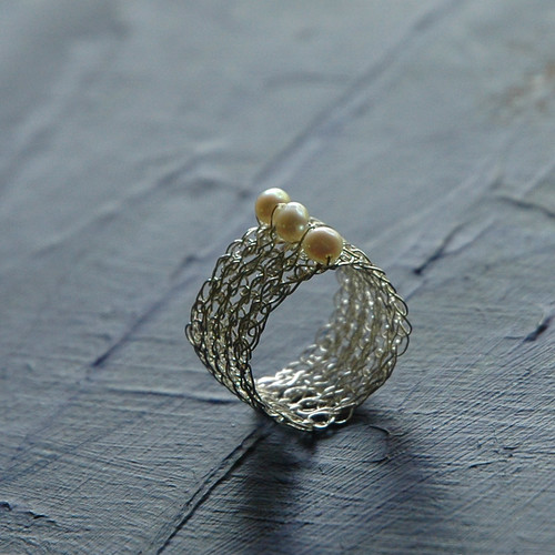 Grafic pearl and silver crochet ring