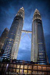 Petronas en Gotham City (bigdani) Tags: travel blue sky white abstract building tower blanco azul architecture modern night clouds skyscraper noche construction arquitectura torre edificio icon viajes cielo malaysia nubes construccion iphoto twintowers kualalumpur typical abstracto hdr moderno icono petronastowers selangor urbanlandscape rascacielos paisajeurbano simmetry simetria malasia tipico torresgemelas efs1022f3545usm torrespetronas exif:iso_speed=100 geo:state=selangor camera:model=canoneos50d exif:focal_length=16mm 2009malaysia exif:model=canoneos50d geo:countrys=malaysia exif:aperture=40 geo:city=kualalumpur