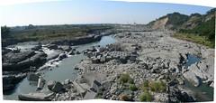 圖五、岩盤加速刷深,不到三年光景(九八年初)已開始呈峽谷化,保護 工經不起考驗而流失四處散落。