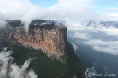 Monte Roraima - Proa (Marcelo Seixas) Tags: world travel blue sunset brazil portrait sky mountain luz nature mystery clouds america trekking walking landscape lost photography arthur is photo track fuji natural photos hiking venezuela south natureza bolivar paisagem hike victory professional mount american bow tropical keep gran doyle canaima nothing caminhada justdoit montanha clound vitoria ican caminho perdido impossible conan trilha roraima sabana tepui lostworld profissional tepuy idid arthurconandoyle proa kukenan s9000 dotheimpossible bgtrr