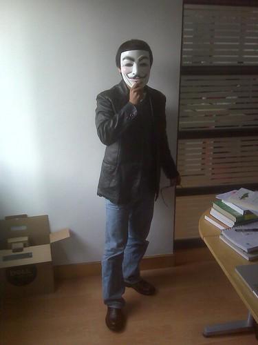 帅哥我拿着V面具