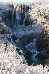 La cascata! (supersky77) Tags: wood lake snow tree forest lago waterfall croatia neve albero croazia bosco plitvice foresta cascata plitvickajezera