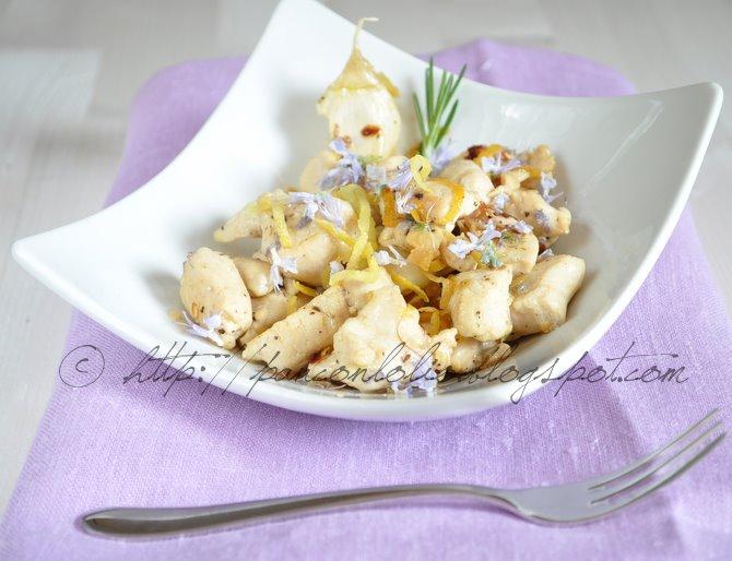 pollo con fiori di rosmarino