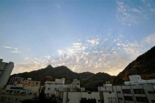 Walaupun langit kita tidak sama keluarnya di waktu pagi, tapi itu tidak memisahkan kita. -shishah, Makkah.