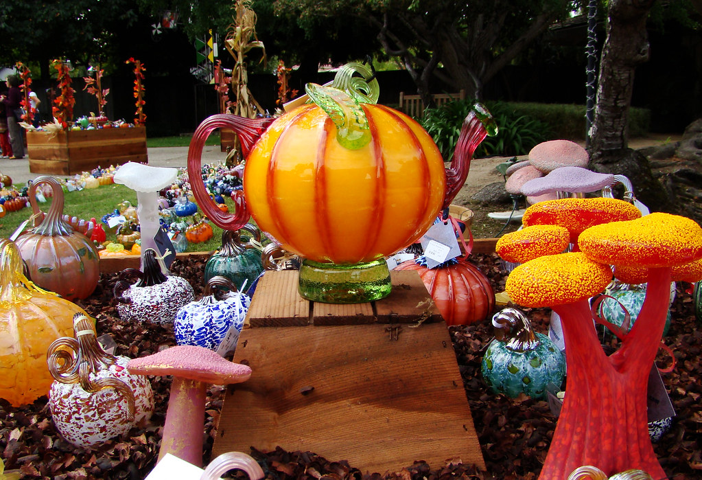 DSC02421 Glass teapot pumpkins and toadstools