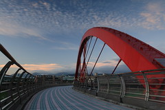 IMG_4387 (sullivan) Tags: city bridge sunset sky cloud landscape taiwan 100views 300views taipei 500views    nightphotos    blackcard  keelungriver   ef1740mmf4lusm 100comments   canoneos400d   sullivan kenkopro1digitalprowidebandcircularplw kenkopro1digitalprond8w  sullivan suhaocheng