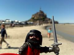 Pierre, le chevalier noir, etait arrivé au Mont de St Michel. Oui, oui que je l'ai vu (Paz Martín) Tags: france toy loire clics posado n96