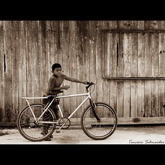 Esperando a gata (Tarcsio Schnaider) Tags: boy brazil bike bicycle brasil sepia children iso100 kid amazon child sony garoto bicicleta menino par camelo f40 oliveira tarcisio amaznia tbua barcarena 1250s h50 garotinho challengeyouwinner duetos frenteafrente schnaider 133mm thechallengefactory sonydsch50 sonyh50 olhonolance