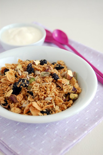 Blueberry and pistachio toasted muesli / Muesli com pistache e mirtilos secos