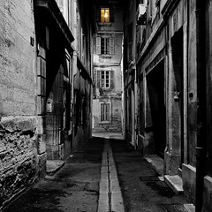 the light at the end of the street, Avignon, France | davidgiralphoto.com (David Giral | davidgiralphoto.com) Tags: street windows light blackandwhite night lights town doors ruelle avignon dri hdr ville volets tthdr fenttres
