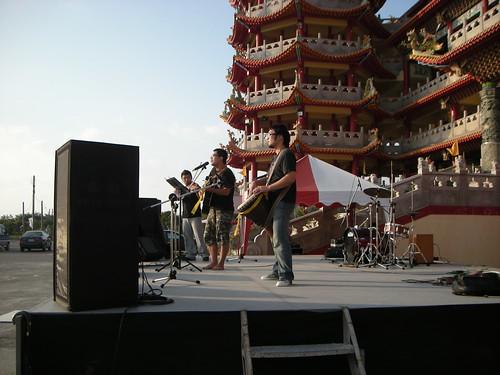 農村武裝青年在芳苑普天宮前開唱,右起:阿展,阿達和小魏。攝影:Summer