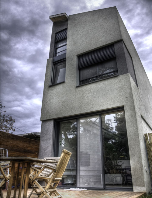 בית מגורים בן שלוש קומות שנבנה בבית טורי. אי אפשר לפתוח חלונות לאורך הקירות המשותפים, והתכנון נעשה בכוונה להציף את הבית באור ובאוורור מהגג – ובכך להפוך את המגבלה לפתרון