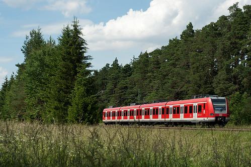 Nur Montag bis Freitag sind hier auch S-Bahnen unterwegs. Stellvertretend zieht 423 778 als S20 nach Pasing vorbei.