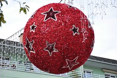 Bummmmmmmmmmmmmmmmmm! (anuwintschalek) Tags: christmas street autumn red rot austria october strasse herbst decoration kera baden 2009 niedersterreich muna kugel weihnachtsschmuck sgis nationalfeiertag tnav julud punane nikond90 18105vr