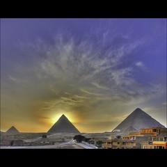 (739) die drei großen Pyramiden von Gizeh (avalon20_(mac)) Tags: africa city sunset sky sun history clouds geotagged mood pyramid tomb egypt 500 ägypten hdr misr eos40d schulzaktivreisen