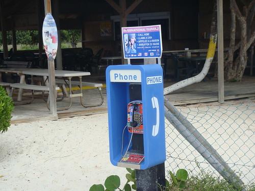Cabina telefónica con chiringuito de playa al fondo