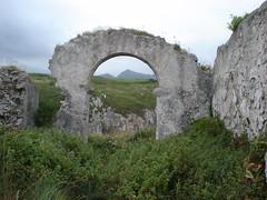 Ermita de San Martn en Celoriu (Xs C.) Tags: mountain muro field wall architecture arquitectura ruins asturias paisaje ruinas campo montaa arco llanes asturies sanmartn celorio salvaje celoriu