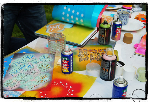 Fun Spraydate with lots of Spraypaint and Stencils