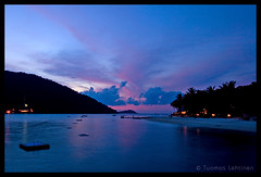 Sunset time (Tuomas A. Lehtinen Photography) Tags: ocean travel blue light sunset sky cloud nature silhouette clouds digital canon dark landscape island eos rebel evening asia long exposure dusk south low east malaysia tropical tamron perhentian breathtaking pulau nightfall kecil besar 2875mm inthemood xti 400d platinumheartaward earthasia breathtakinggoldaward vosplusbellesphotos breathtakinghalloffame tripleniceshot mygearandme mygearandmepremium mygearandmebronze mygearandmesilver