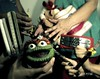 Cada mano en su peo! (Eruиэ!!) Tags: como mi se casa no elmo vieja llama manos el cada 28 doris domingo con vaso sus ernesto aury quien eru geru erune corotos