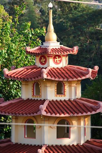 свастика на храме в Лаосе
