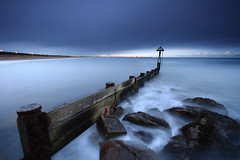 Harbour Groyne (Alistair Bennett) Tags: seascape coast harbour dusk northumberland bluehour groyne seatonsluice canonefs1022 gnd09he