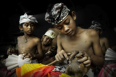 Junjungan, Bali - The Woodcarver Apprentices (Mio Cade) Tags: wood boy shirtless bali man hot indonesia handicraft kid student village child culture carving teacher master environment dust custom learn apprentice ubud woodcarver earthasia junjungan
