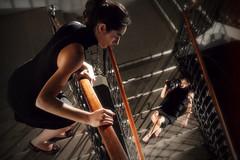 [フリー画像] [人物写真] [女性ポートレイト] [ラテン系女性] [ドレス] [階段]      [フリー素材]