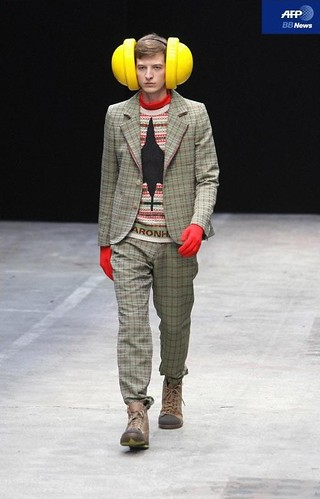 Albert Kraup3048_FW10_Paris_Walter Van Beirendonck(AFP BB News)