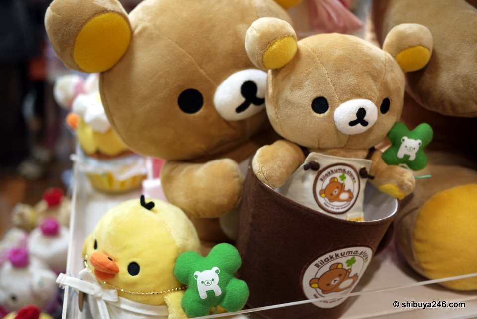 The Rilakkuma store apron on this small plush here with a larger Rilakkuma hanging on to a cup holder. Is that a plush balloon that Kiiroitori has in his hand?