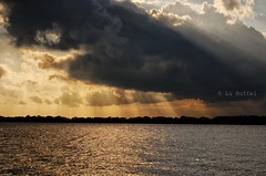 Sunset (Luciane Huffel) Tags: light sunset sky cloud luz sol water rio clouds river landscape agua nikon do paisagem cu nuvens fotografia nuvem 2009 usina gasmetro pr luciane d40 huffel