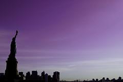 Statue of Liberty (Leazwen) Tags: new york newyorkcity sky newyork black skyline purple manhattan himmel lila brooklynbridge romantic empirestate statueofliberty schwarz hochhaus highrisebuilding romantisch freiheitsstatue nikond60