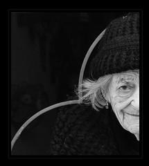 demi visage d'une dame âgée