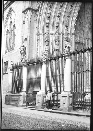 Puerta de los Leones en 1907. Fotografía de Roy Lucien. Société Française d'Archéologie et Ministère de la Culture (France), Médiathèque de l'architecture et du patrimoine (archives photographiques) diffusion RMN