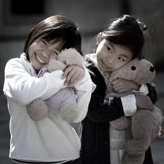 [フリー画像] [人物写真] [子供ポートレイト] [少女/女の子] [笑顔/スマイル] [ぬいぐるみ]      [フリー素材]