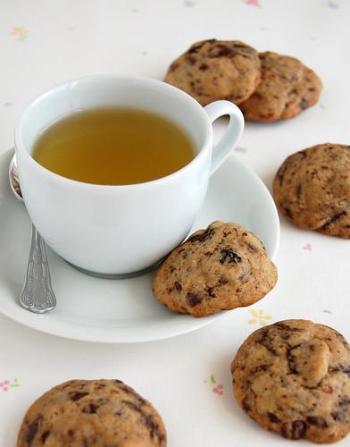 Cherry chocolate chippers / Cookies de chocolate amargo e cerejas secas