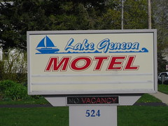 Motel Lake Geneva, Wisconsin (Cragin Spring) Tags: signs wisconsin sailboat midwest motel vacancy lakegeneva motelsign vintagemotelsigns