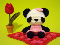 Fui ali... (Maria Handmade) Tags: pink red blackandwhite cute handmade crochet tulip kawaii valentinesday fevereiro 2010 pandabear grannysquare novidade croch planetaamigurumi amigurumipandabear pandadecroch originalartarticulado