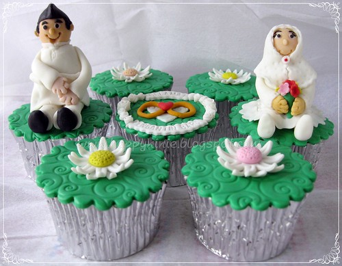 wedding cupcake with figurin