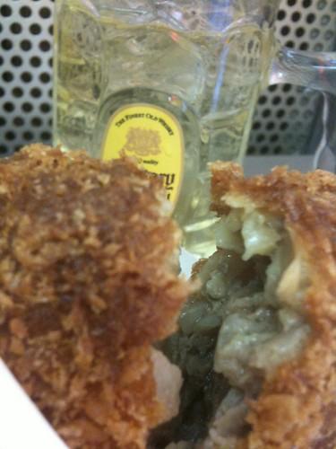 #tachinomi 上野、肉の大山で特製メンチ肴に角ハイヤってる 。この組み合わせで460円は安いよ!