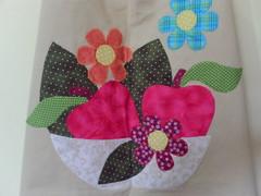 DETALHE AVENTAL 03 (Adoro Fazer) Tags: flores patchwork avental cozinha presente aplique aplicao patchcolagem