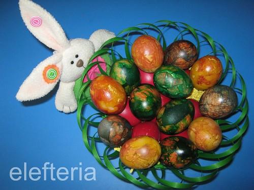 αυγα με κρεμμυδοφυλλα και βαφη