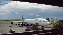 Thai Airways A340-600 at DPS Airport - Bali (Matt@PEK) Tags: thaiairways a346 dps staralliance pentax airport bali