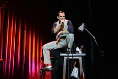 En la imagen se puede ver a Asier Etxeandia sentado sobre la mesa cantando.  Fotografía cedida por Óscar Blanco Gutiérrez