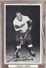 1964-67 NHL Beehive Hockey Photo / Group III (Woodgrain) - GORDIE HOWE (Right Wing) (Hall of Fame 1972) (b. 31 Mar 1928 - d. 10 Jun 2016 at age 88) - Autographed Hockey Card (Detroit Red Wings) (#77A) (Baseball Autographs Football Coins) Tags: hockey beehive 1934 1967 19341967 groupi groupii groupiii woodgrain torontomapleleafs bostonbruins newyorkrangers montrealcanadiens chicagoblackhawks detroitredwings montrealmaroons newyorkamericans card photos hockeycards brooklynamericans nationalhockeyleague nhl gordiehowe mrhockey hockeyhalloffame halloffame hof hhof rightwing