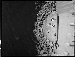 B056 Ancona (Davide _non so cos'è l'AccaDiErre) Tags: mare sea seaside cliffs passetto ancona italia italy 2016 estate summer fujifilm 120 fromfilm viewfinder ga645pro davide toccaceli b n w black white bianco nero ga 645 professional beach spiaggia fujifilmga645professional