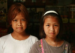 pretty young ladies (the foreign photographer - ฝรั่งถ่) Tags: two pretty young ladies doorway khlong thanon portraits bangkhen bangkok thailand canon kiss
